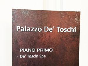 Lettere in rilievo su totem da interno Palazzo De' Toschi