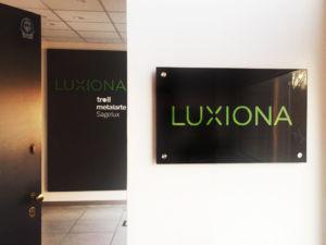 Luxiona Targa lucida e pannello con lettere in rilievo